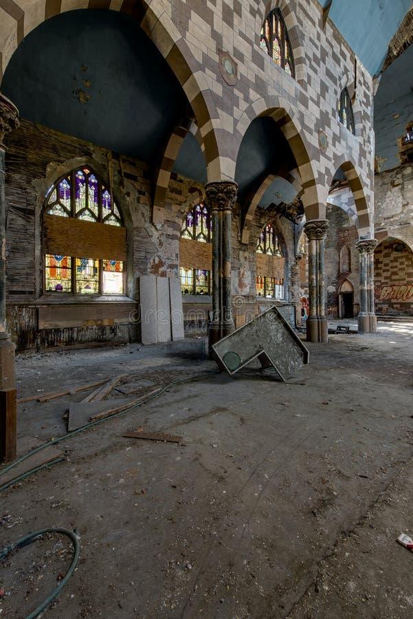 Defektes Buntglas und Einsturzboden u. Decke - verlassene Kirche lizenzfreie stockfotografie