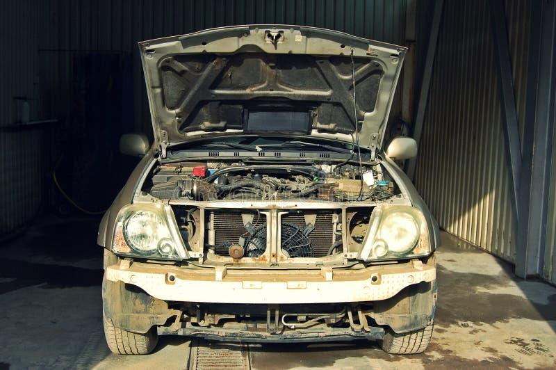 Defektes, gebrochenes Auto im Service stockbilder