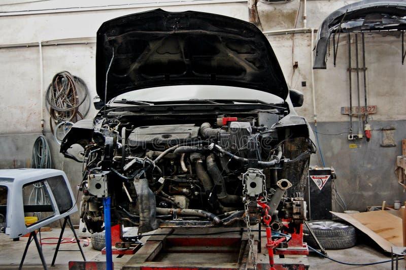 Defektes, gebrochenes Auto im Service stockfotografie