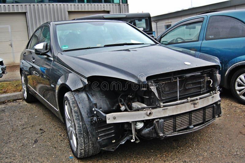Defektes, gebrochenes Auto im Service lizenzfreie stockfotos