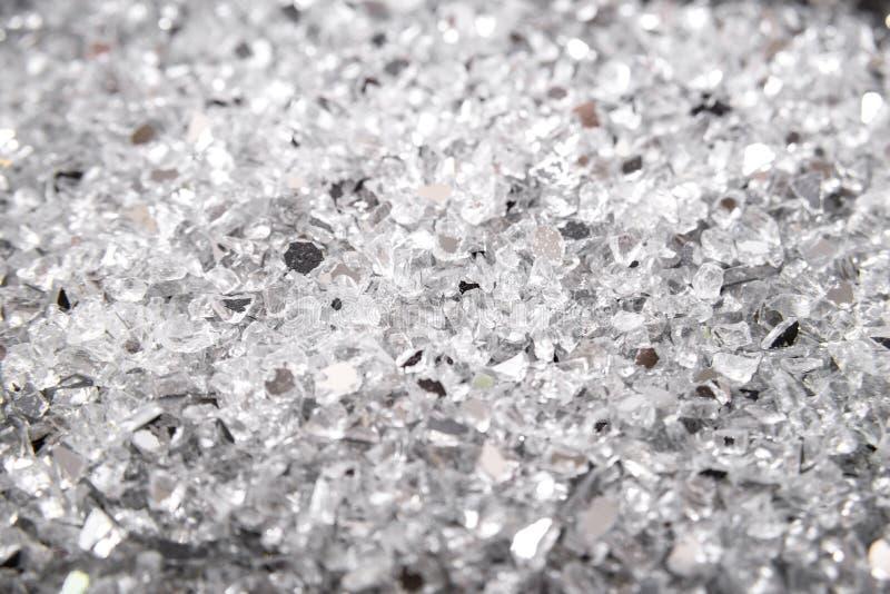 Defektes gebrochenes Glas der Nahaufnahmezusammenfassung Unterbrochener Glashintergrund shards Aussehung wie Kohle stockbild