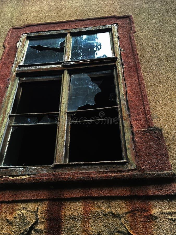 Defektes Glas im Fenster des Schlosses lizenzfreies stockbild