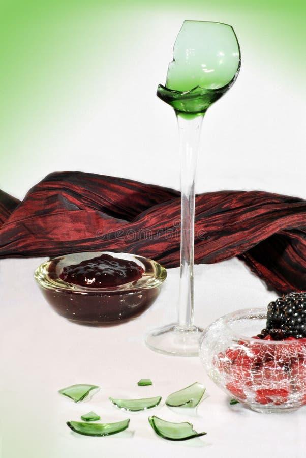 Defektes Glasstillleben im Grün stockfotografie