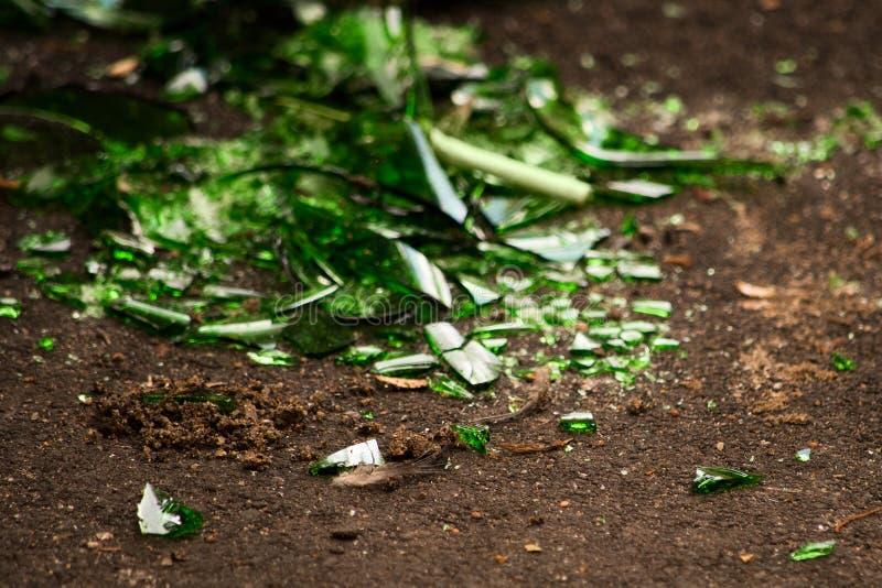 Defektes grünes Glas aus den Grund lizenzfreies stockfoto
