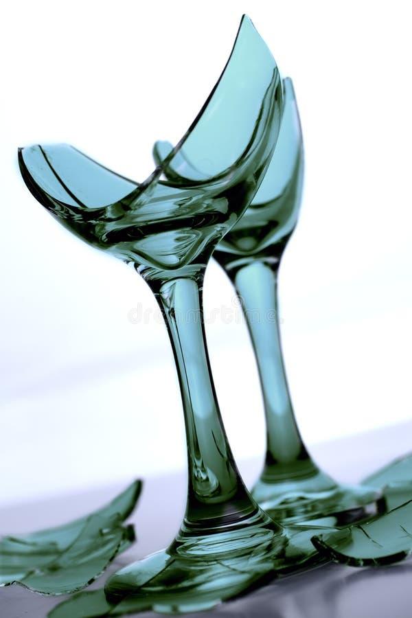 Defektes grünes Glas Champagne mit Glasscherben und zerbrochenem Glas stockbild