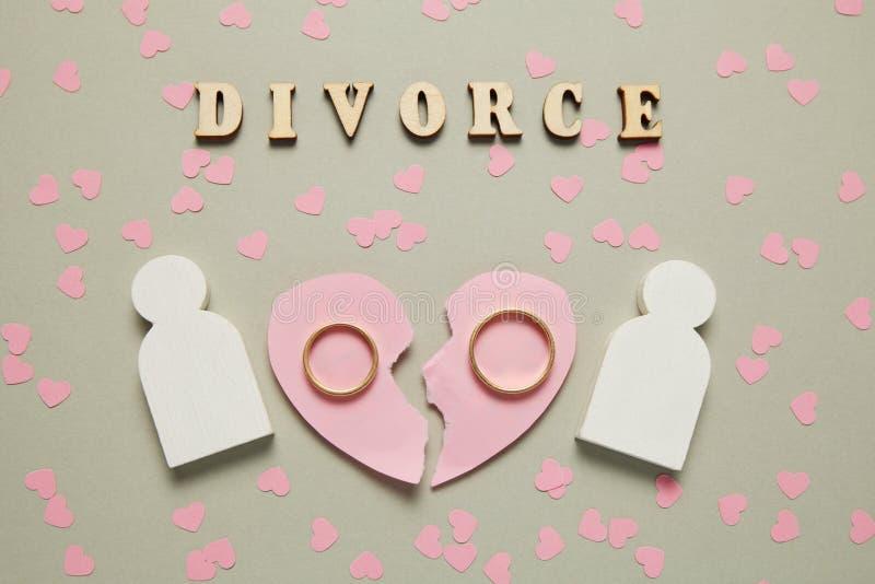 Defektes Herz und zwei Goldringe Heiratende, -gericht und -scheidung lizenzfreies stockbild
