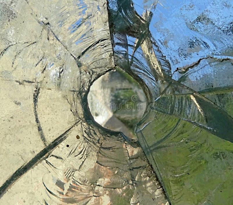 Defektes schädigendes Glas mit Loch lizenzfreie stockbilder