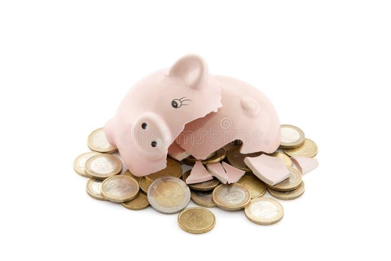 Defektes Sparschwein mit Euromünzen lizenzfreies stockfoto