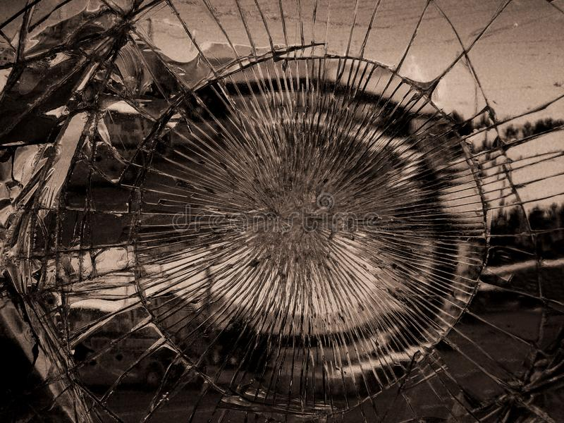 Defektes Spiegelglas, in dem wird der Stadt reflektiert E r lizenzfreies stockbild