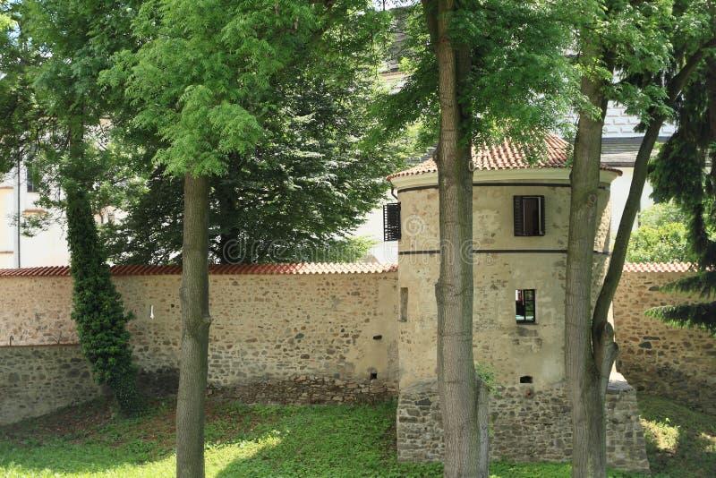 Defenda a parede com a torre no palácio Breznice foto de stock