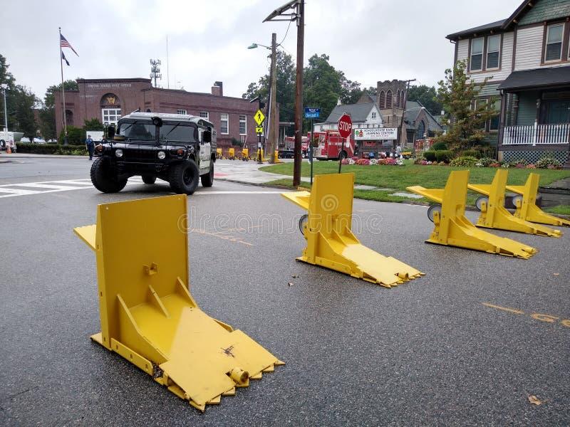 Defensa antiterrorista, barreras meridianas, Feria del Día del Trabajo en la calle, Rutherford, NJ, Estados Unidos imagen de archivo
