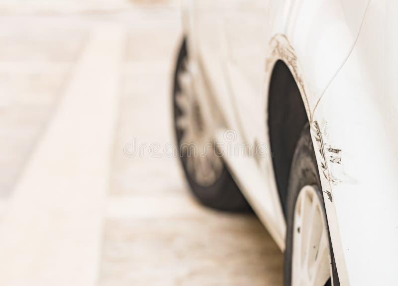 Defensa dañada del coche después de la colisión del accidente de tráfico fotos de archivo
