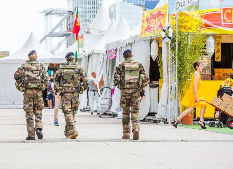 Defensa del La, Francia - 17 de julio de 2016: Los militares franceses patrullan asignado a la vigilancia de un distrito financie imagen de archivo