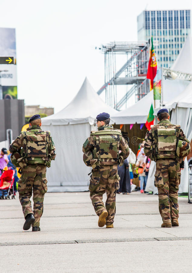 Defensa del La, Francia - 17 de julio de 2016: Los militares franceses patrullan asignan foto de archivo libre de regalías