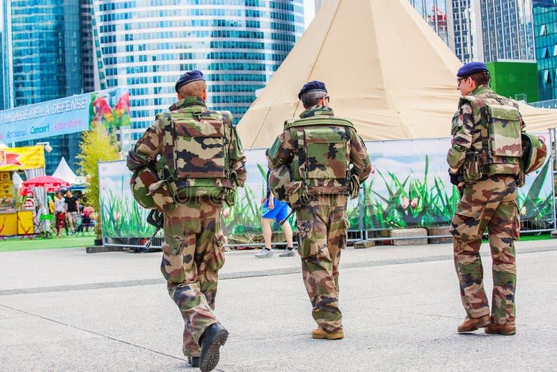 Defensa del La, Francia - 17 de julio de 2016: Los militares franceses patrullan asignan fotos de archivo