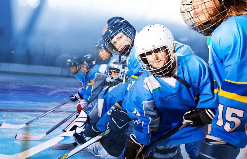 Defensa joven del hockey que practica en pista de hielo foto de archivo libre de regalías