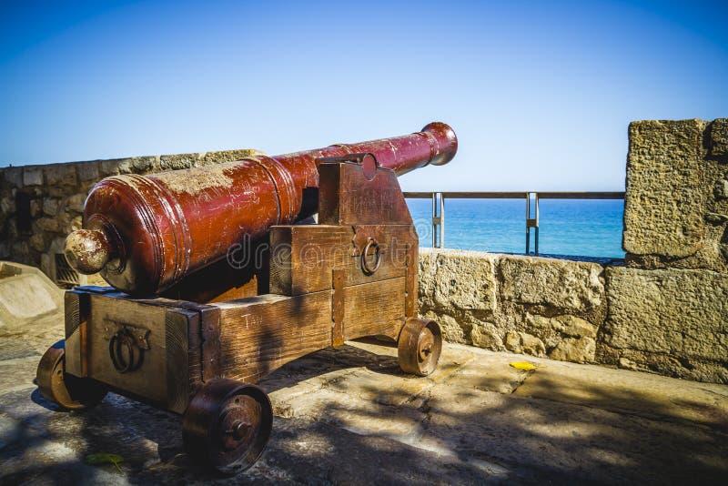 Defensie, Spaans kanon die aan overzeese vesting wijzen op stock afbeelding