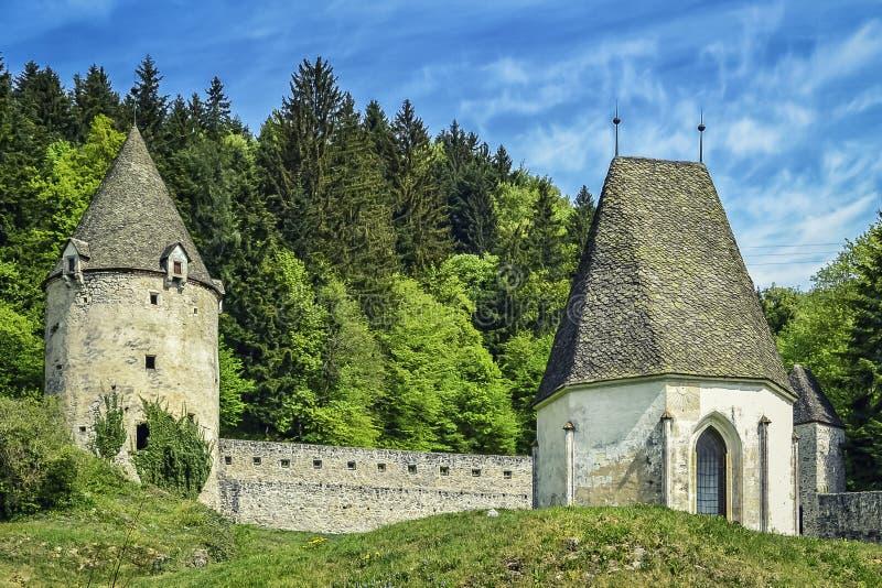 Defensiv vägg med ett torn och ett kapell arkivbilder