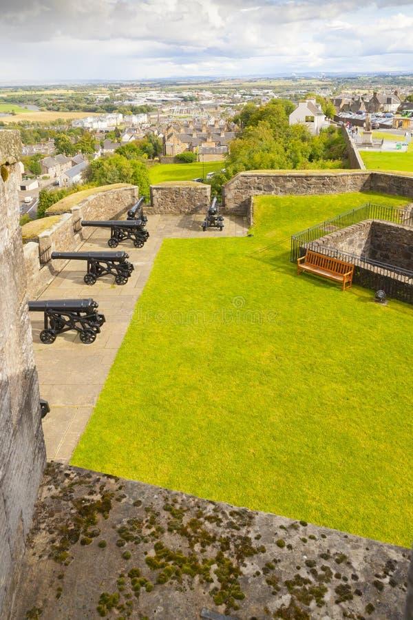 Defensiva gångbanor för Stirling slott på väggarna med kanonsikt royaltyfri fotografi