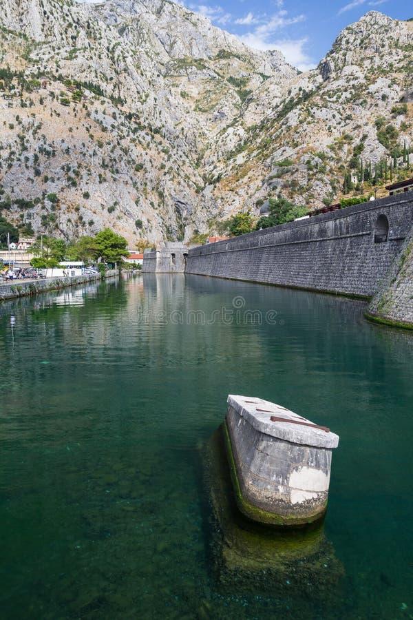 Defensiva väggar av den gamla staden av Kotor med berg i bet arkivbilder