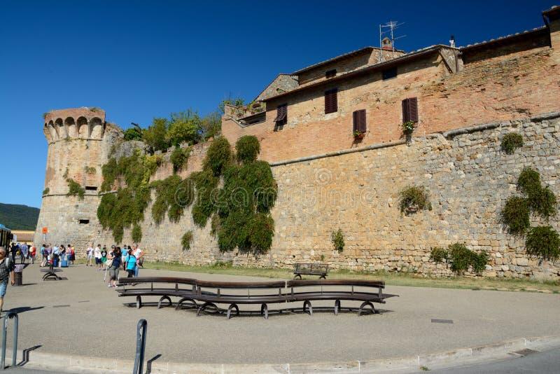Defensiva väggar och bänk i San Gimignano i Tuscany, Italien arkivbild