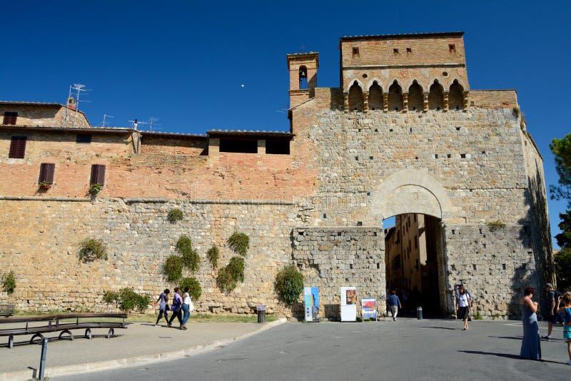 Defensiva väggar och port i San Gimignano i Tuscany, Italien arkivbild