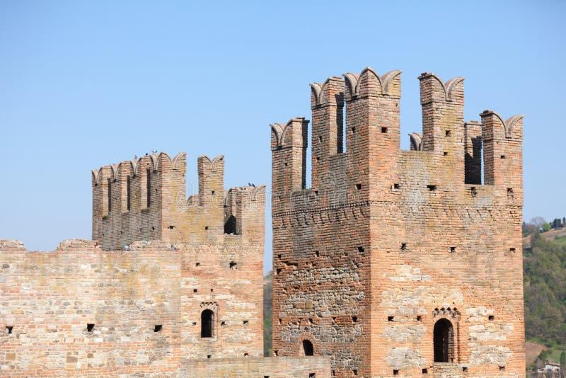 Defensive ragt Arquato-Schloss Piacenza Italien hoch lizenzfreie stockfotos