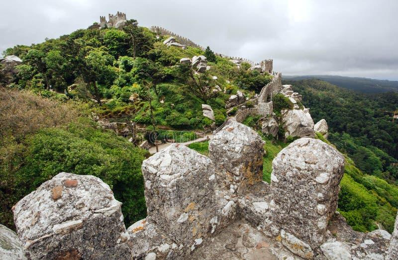 Defensive Steintürme des 8. Jahrhunderts das maurische Schloss-Schloss über Stadt Sintra Historische Landschaft in Portugal lizenzfreie stockfotografie