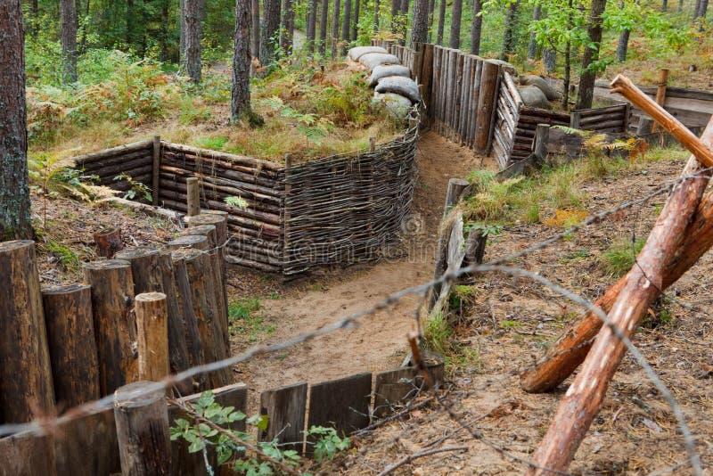 Defensiver Graben im Wald lizenzfreie stockbilder