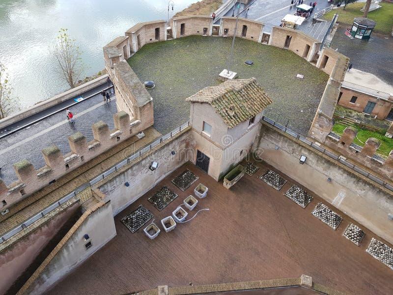 Defensivt torn av en slott royaltyfria foton