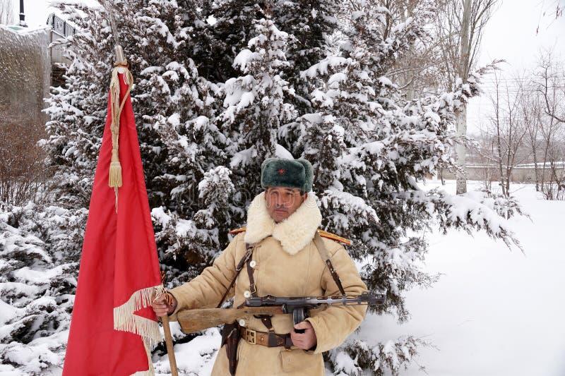 Defensor de Stalingrad em um formulário do inverno com uma bandeira vermelha foto de stock royalty free