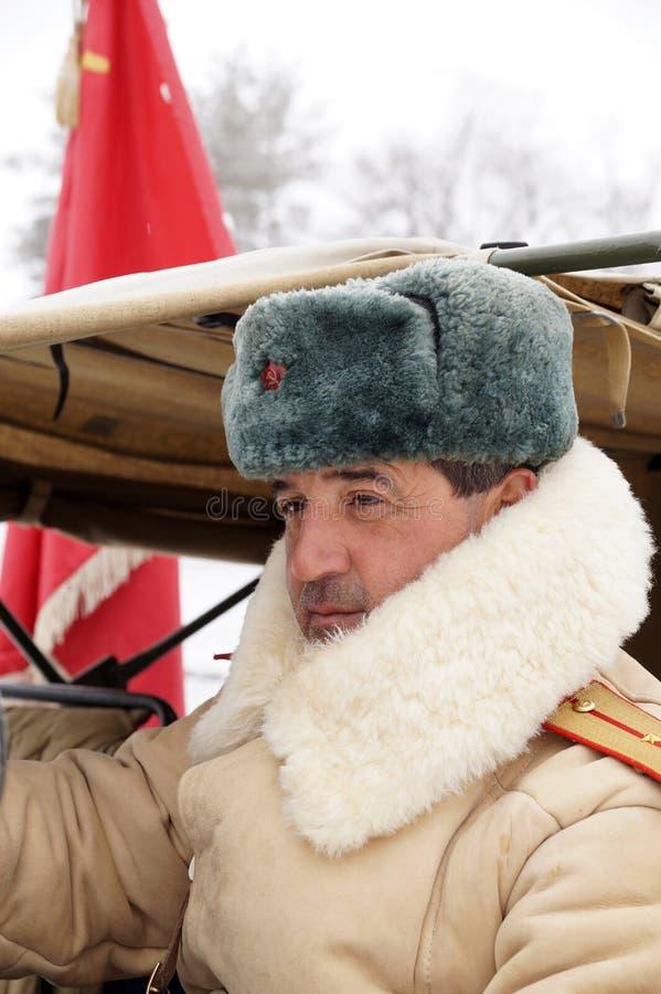 Defensor de Stalingrad em um formulário do inverno com uma bandeira vermelha fotografia de stock