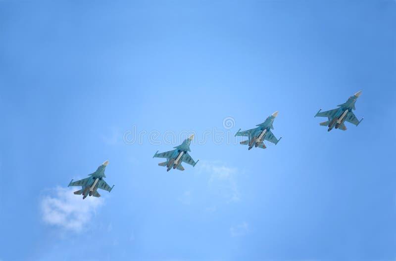A defesa supersônico militar dos bombardeiros de lutadores SU-34 do russo migra contra o céu azul imagens de stock