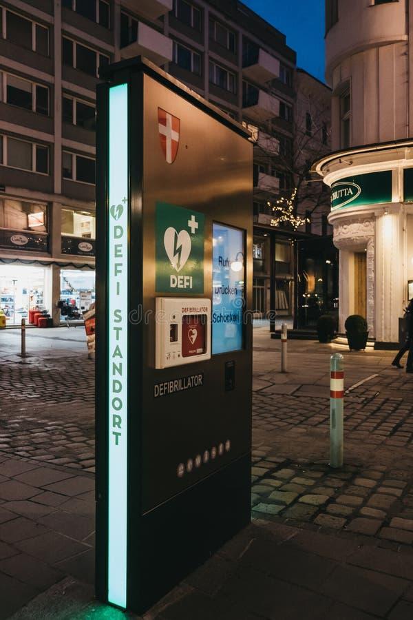 Defibrillator στήλη σε μια οδό στη Βιέννη, Αυστρία στοκ φωτογραφίες με δικαίωμα ελεύθερης χρήσης