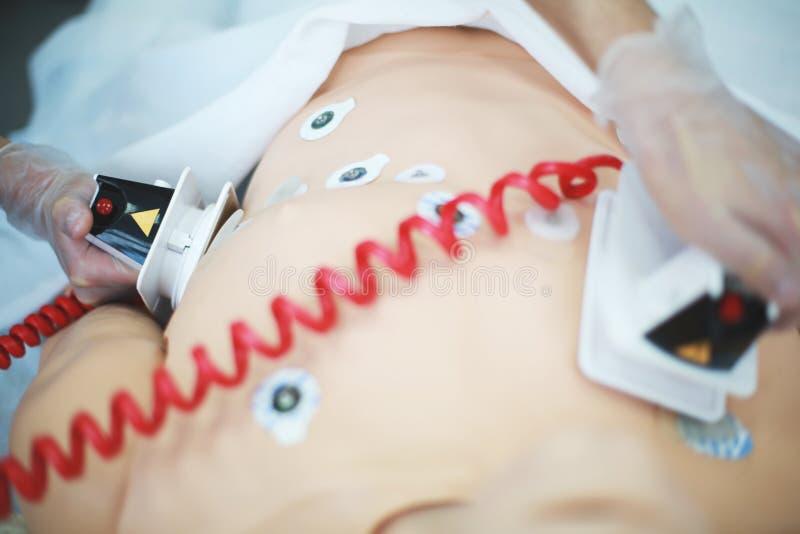 Defibrillator del uso en el entrenamiento del CPR imagen de archivo libre de regalías