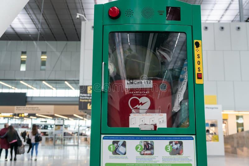 Defibrillator på flygplats royaltyfri bild