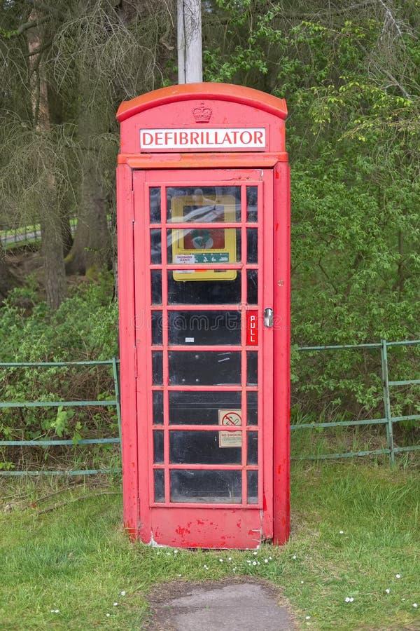 Defibrillator w telefonicznego telefonu budka pudełka rocznika save życia czerwonego ataka serca przeciwawaryjnej pomocy w wiejsk zdjęcia royalty free