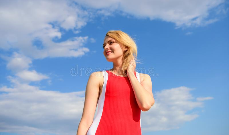 Definitie van vrouwelijke vrijheid Tevreden met het enige leven Sleutel tot gelukkig het zijn De dame die van het meisjesblonde g royalty-vrije stock afbeelding