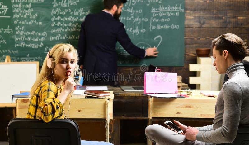 Definitywnego egzaminu test w studentach uniwersytetu studiuje dla egzaminu w sala lekcyjnej Nauczyciel reputacja jest złocista S obrazy royalty free
