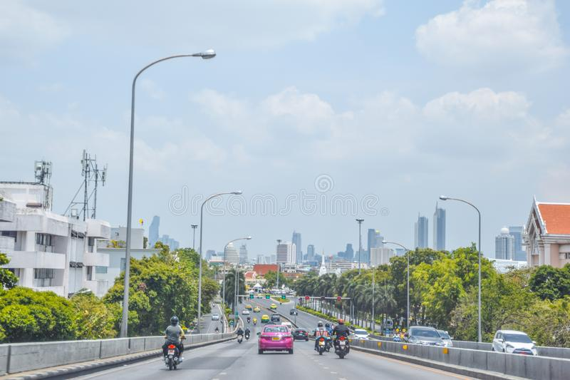 Defocus或出于焦点在入口的假期交通对Phra Pinklao桥梁萨娜姆Luang地区,泰国运输系统在曼谷 库存照片
