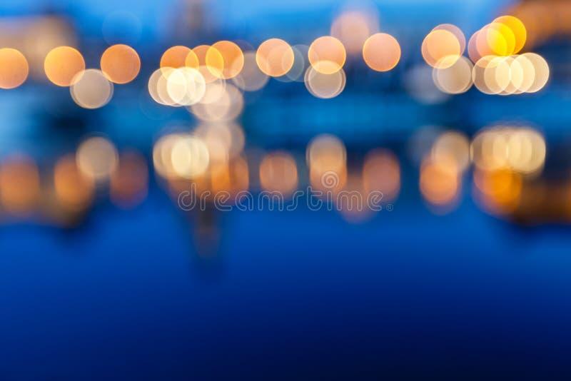 Defocus boken kleurrijk nachtleven op rivier royalty-vrije stock fotografie