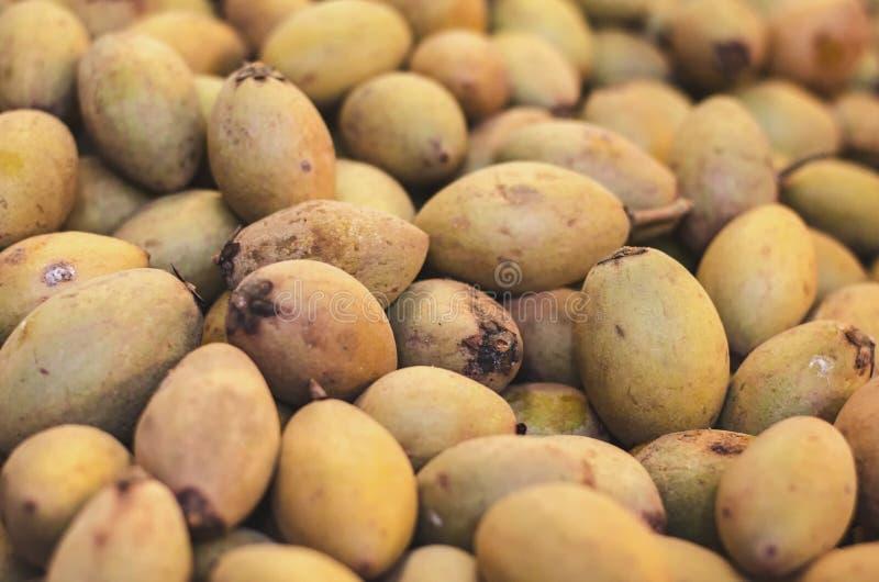 Defocus en vaag beeld van exotische tropische vruchten, sapodilla of chikufruit royalty-vrije stock afbeeldingen