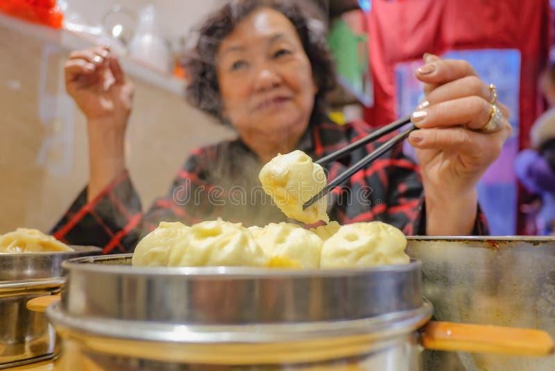 Defocus Hogere Aziatische vrouwen die Kleine Stoombroodjes in Chinees Restaurant eten royalty-vrije stock foto