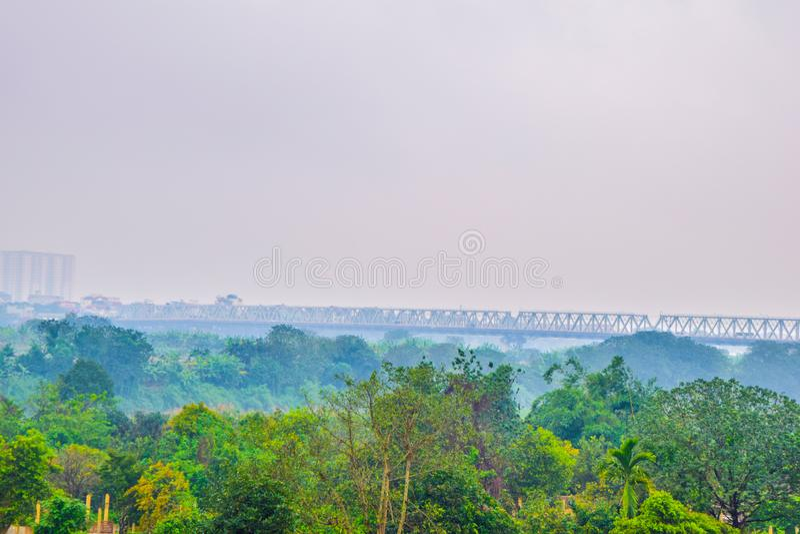 Defocus o desenfocado que el camino construye sobre el bosque en medio de la lluvia y de la niebla en la mañana en Hanoi, Vietnam fotografía de archivo libre de regalías