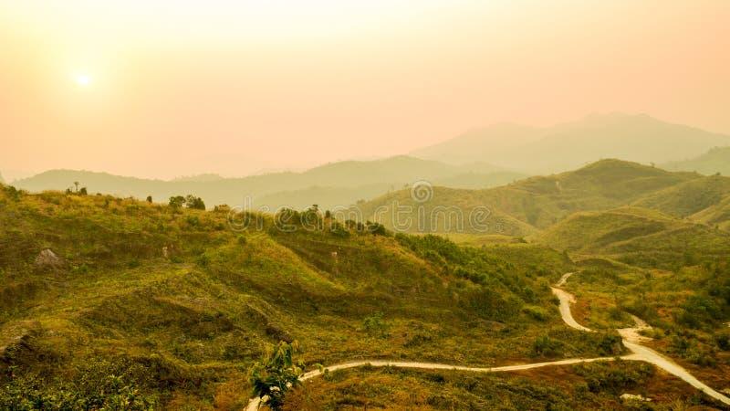 Defocus van berglandschap en valleiweg met oranje hemel bij zonsondergang, Thailand Achtergrond van heuvellandschap Aard en envir royalty-vrije stock fotografie