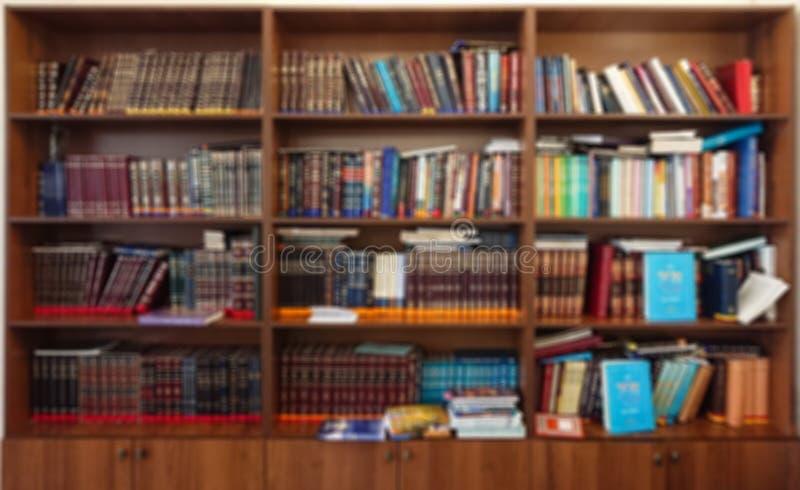 Defocused图象 在书架的多彩多姿的书在图书馆里 bokeh作用 免版税库存照片