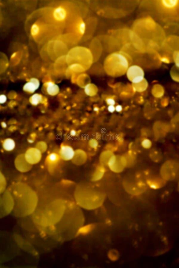 Defocused闪烁葡萄酒点燃与黑暗的金子和b的背景 免版税库存照片