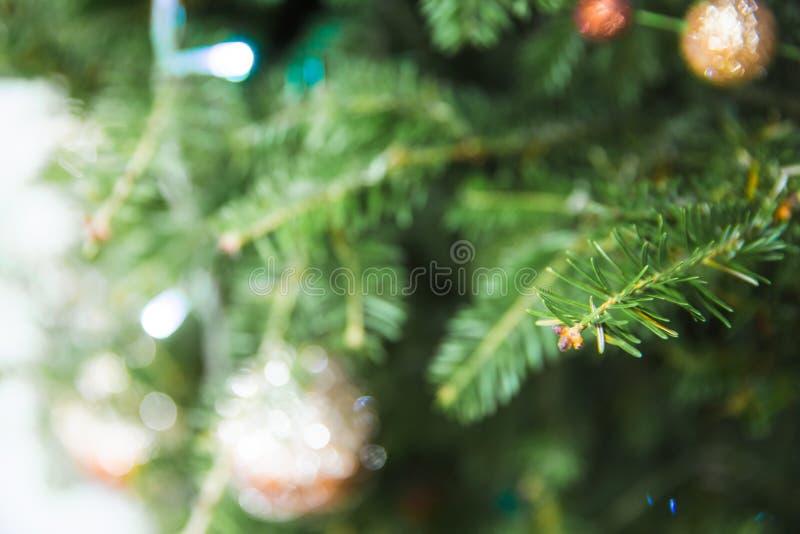 Defocused της ένωσης μπιχλιμπιδιών στο χριστουγεννιάτικο δέντρο με άλλα παιχνίδια Μπορέστε να χρησιμοποιηθείτε για το υπόβαθρο στοκ φωτογραφίες