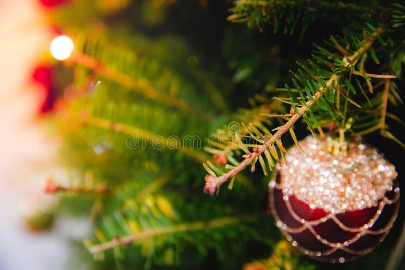 Defocused της ένωσης μπιχλιμπιδιών στο χριστουγεννιάτικο δέντρο με άλλα παιχνίδια στοκ εικόνα