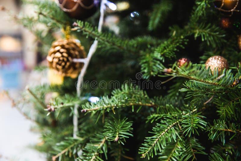 Defocused του χριστουγεννιάτικου δέντρου που διακοσμείται με την ένωση σφαιρών μπιχλιμπιδιών, το φως και λίγο πεύκο Μπορέστε να χ στοκ φωτογραφία